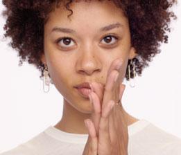 A. Wärmen Sie das Serum in den Handflächen, um eine sofortige Wirkung zu begünstigen