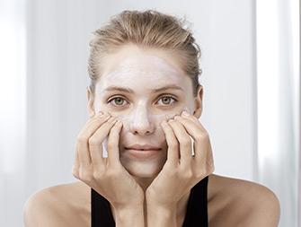 So tragen Sie Ihre Maske Masque Multi-Régénérant auf