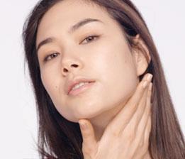 D. Leichte Druckmassage, um die Durchblutung anzuregen und die Haut erstrahlen zu lassen. 3 mal auf Wangen und Stirn, 5 mal auf Hals und Dekolleté wiederholen