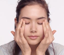 B. Tragen Sie die Gel-Creme mit den Fingerspitzen leicht klopfend vom inneren zum äusseren Augenwinkel auf