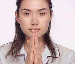 1. Wärmen Sie die Maske in den Handflächen, um sie auf  Hauttemperatur zu bringen