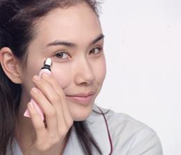 C. Mit dem kryo-metallischen Applikator über die Augenkontur streichen. Lindert Schwellungen