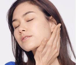 B. Mit sanftem Druck der Handflächen gleichmässig auf Hals und Dekolleté aufbringen. Sorgt umgehend für spürbares Wohlbefinden