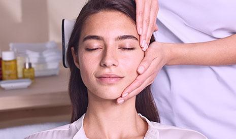 Gesichtsbehandlung im Kosmetikinstitut