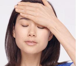 C.  Leichte Druckmassage, um die Durchblutung anzuregen und die Haut erstrahlen zu lassen. 3 mal auf Wangen und Stirn, 5 mal auf Hals und Dekolleté wiederholen