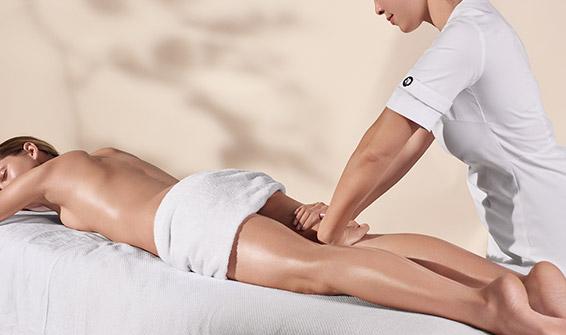 Esthéticienne Clarins faisant un soin corps